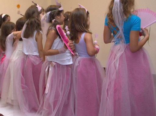 Προς το παρόν κρέμονται και περιμένουν πριγκίπισσες να τις φορέσουν. f01dc85bfbb